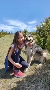 Лола и Ленка Костадиновић, пас Мила
